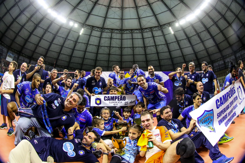 Athos Costa e Renan Michelucci são campeões da Superliga Masculina 18/19 com o Taubaté. Foto: CBV
